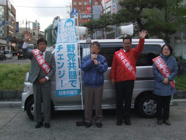 松阪駅前で3市議予定候補と宣伝する中野たけし