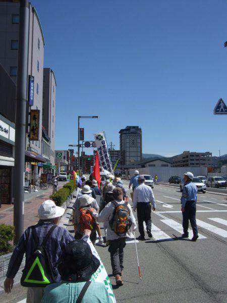 高山市内での平和行進の様子。写真撮影は中野たけし