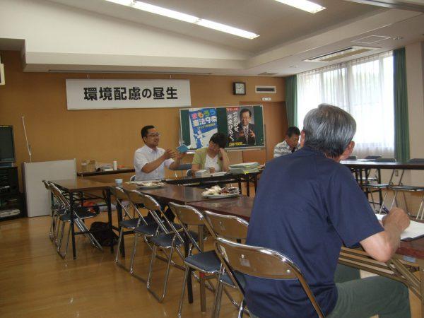 亀山市の市政報告会であいさつする中野たけし