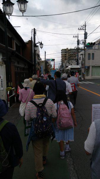 集会参加者と御殿場市内をパレードする様子