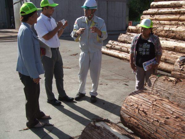施設内で説明を聞く中野たけし、木下市議と参加者