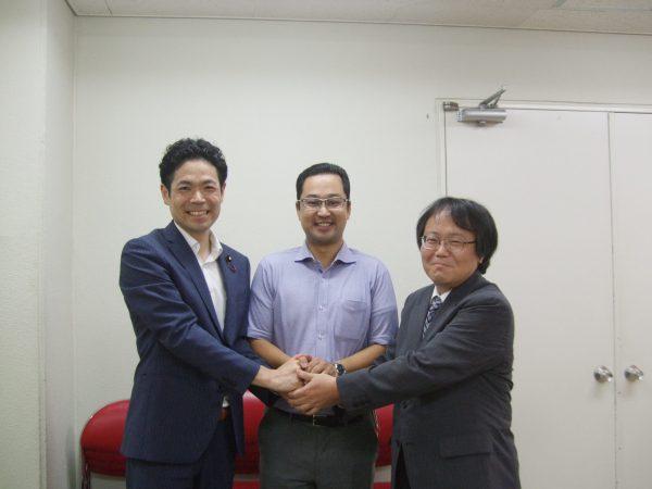 演説会で訴えた武田参院議員、井上衆院予定候補、中野剛志そろって必勝をきしてがっちりと握手