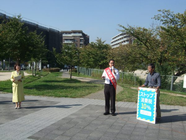 住宅街で宣伝すると、若い男性が応援に来てくれました